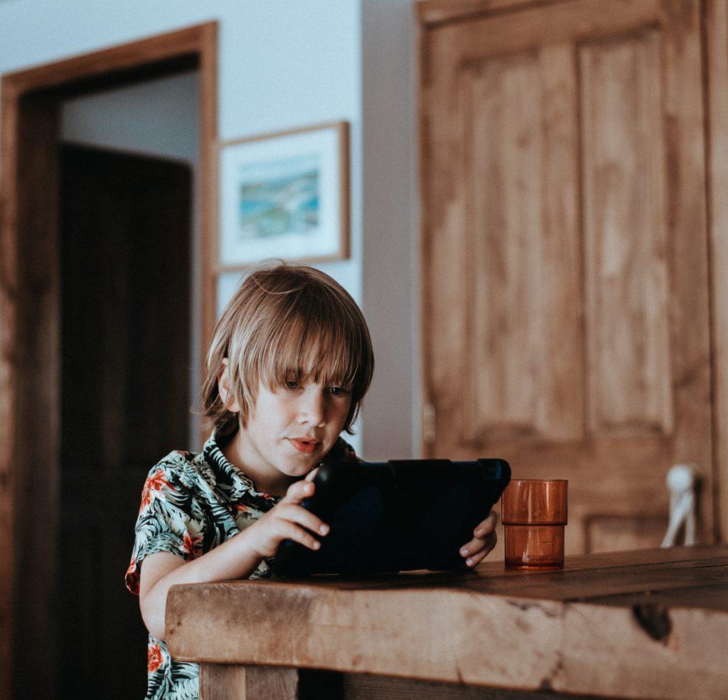 menino usando tablet
